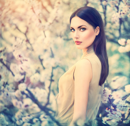 Foto de Fashion girl outdoor portrait in spring blooming trees - Imagen libre de derechos