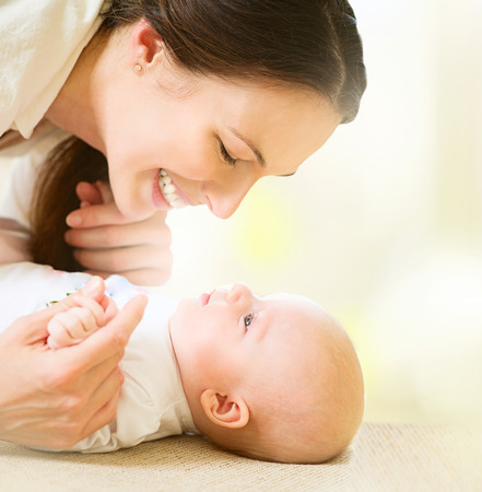 Foto de Mother and her newborn baby. Maternity concept - Imagen libre de derechos