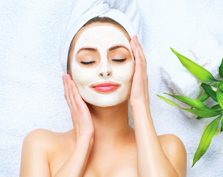 Photo pour Spa woman applying facial cleansing mask - image libre de droit