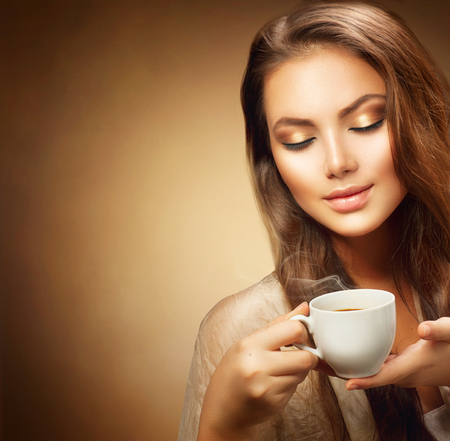 Photo pour Beautiful young woman with cup of hot coffee - image libre de droit