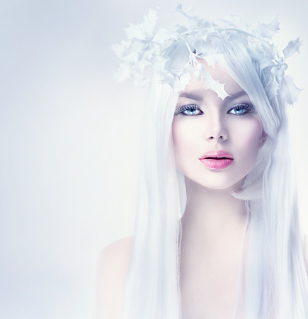 Photo pour Winter beauty woman portrait with long white hair - image libre de droit