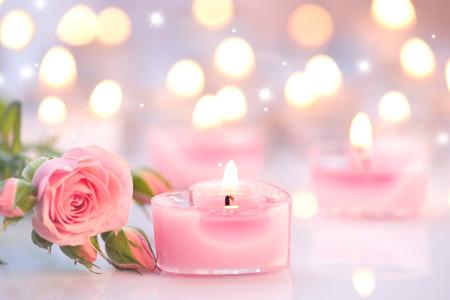Foto de Valentine's day. Pink heart shaped candles and rose flowers - Imagen libre de derechos