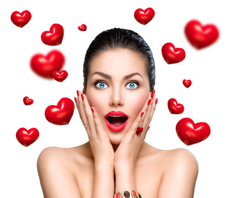 Photo pour Beauty fashion surprised woman with flying red hearts - image libre de droit