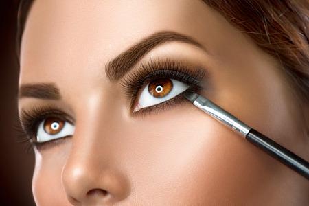 Photo pour Woman applying makeup closeup. Eyeliner - image libre de droit
