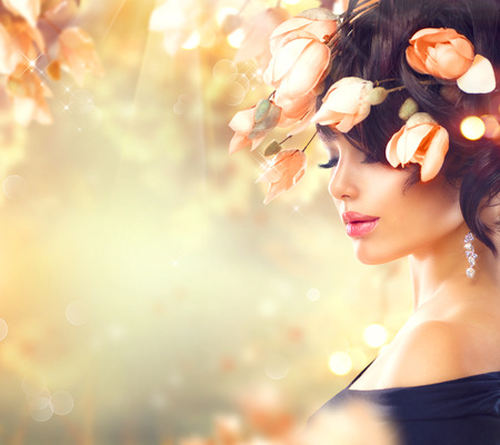 Photo pour Spring woman with magnolia flowers in her hair - image libre de droit