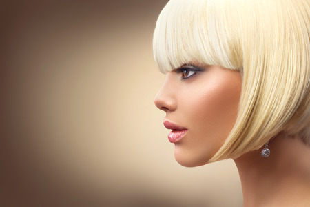 Foto de Beautiful fashion blonde woman with bob haircut. Fringe hairstyle - Imagen libre de derechos