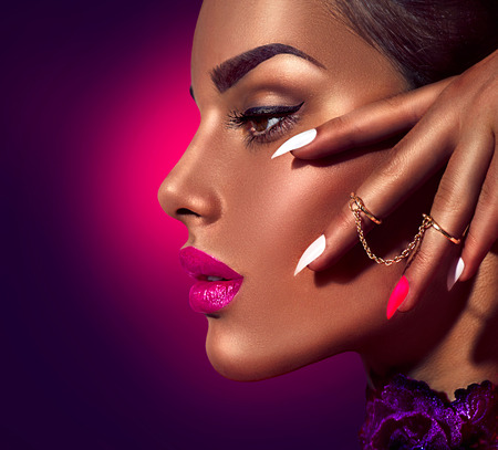 Photo pour Sexy model with brown skin and purple lips over dark background - image libre de droit