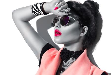 Photo pour Beauty fashion model girl black and white portrait, wearing stylish sunglasses - image libre de droit