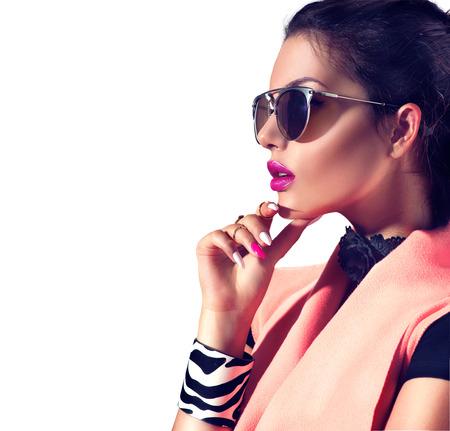 Foto de Beauty fashion brunette model girl wearing stylish sunglasses - Imagen libre de derechos
