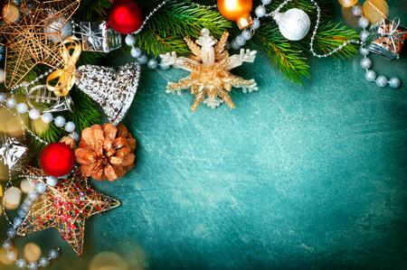 Photo pour Christmas vintage green background with retro styled baubles - image libre de droit