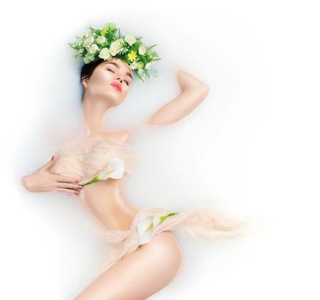 Photo pour Beautiful fashion model girl taking milk bath, spa and skincare concept - image libre de droit