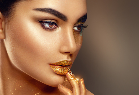 Foto de Fashion art golden skin woman face portrait closeup - Imagen libre de derechos