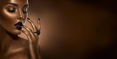Foto de Beauty black girl fashion art portrait over dark brown - Imagen libre de derechos