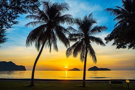 Photo pour Sunrise at sea with islands and coconut trees. - image libre de droit