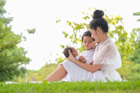 Photo pour Beautiful mother and baby Family  in an Asian park - image libre de droit