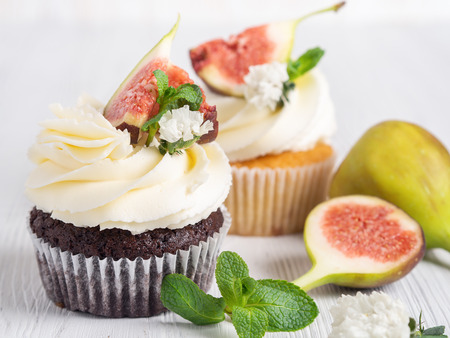 Photo pour Chocolate muffin with figs on a white wooden background. Close up - image libre de droit