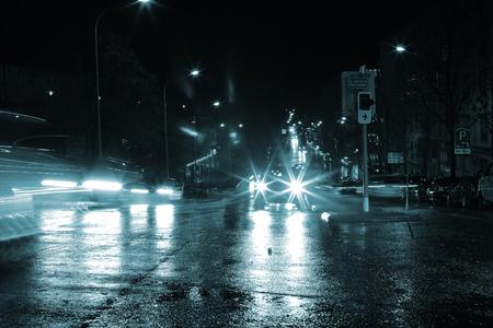 Photo pour Blinding lights of night cars. - image libre de droit