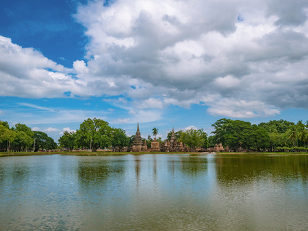 Photo pour Ruin of Pagoda and statue reflection in the water At sukhothai historical park,Sukhothai city Thailand - image libre de droit