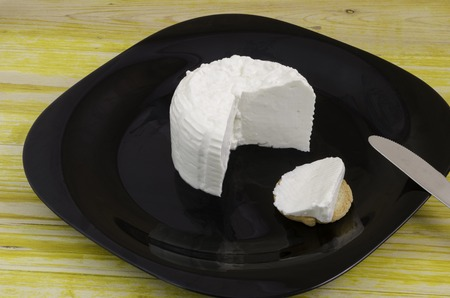 Photo pour Fresh bread and cheese over black dish knife and wood. - image libre de droit
