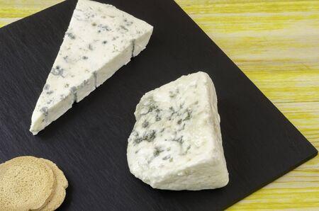 Photo pour Gornozola Roquefort and bread plate over slate and wood. - image libre de droit