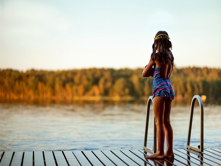 Photo pour Swimmer girl in swimsuit have workout at lake. Summer time. - image libre de droit