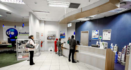 Photo pour Johannesburg, South Africa - July 05 2011: Inside interior of a mobile cell phone store in a Mall - image libre de droit