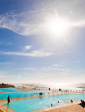 Photo pour Cape Town, South Africa - October 15, 2019: View of Pavilion Public Swimming Pool on Sea Point promenade in Cape Town South Africa - image libre de droit