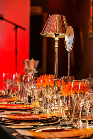 Photo pour Christmas Decor with candles and lamps for a large party or Gala Dinner - image libre de droit