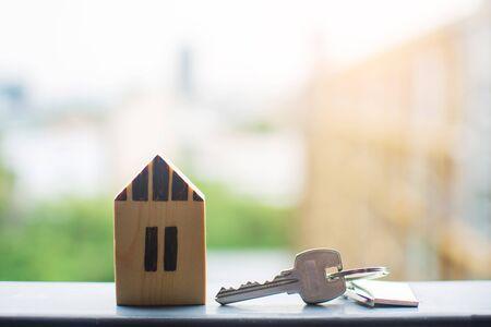Foto de close up key , personal loan concept. subject is blurry. - Imagen libre de derechos