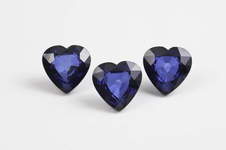 Photo pour Precious sapphire carved in the shape of a heart . - image libre de droit