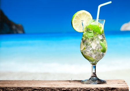 Photo pour cocktail with lime and mint - image libre de droit