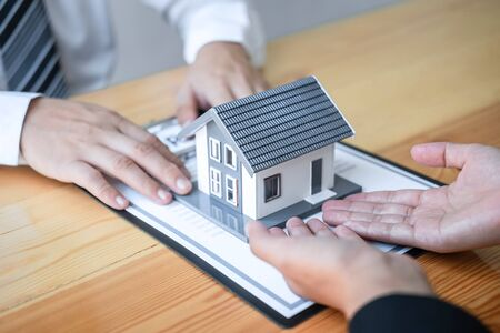 Photo pour Estate agent are presenting home loan and giving house to client after discussing and signing agreement contract with approved application form, Home Insurance and Real estate investment concept. - image libre de droit