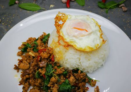 Foto de Rice topped with Fried egg , stir-fried pork and basil - Imagen libre de derechos