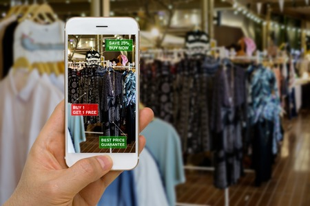 Photo pour Application of Augmented Reality in Retail Business Concept for Discounted or on Sale Products - image libre de droit
