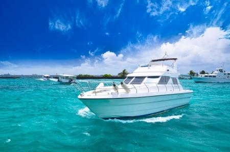 Photo pour Luxury yatch in beautiful ocean - image libre de droit