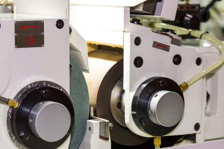 Photo pour high precision automatic centerless grinding machine for industrial at workshop - image libre de droit