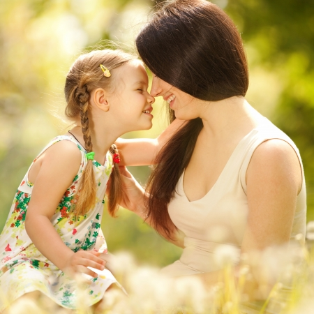 Photo pour Mother and daughter in the park - image libre de droit