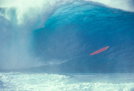 Photo pour Watching  giant waves on the north shore of Oahu Hawaii - image libre de droit