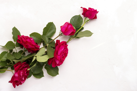 Photo pour Red roses on a light stone background. Flat lay, top view. - image libre de droit