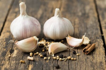 Foto für Garlic on old wood floor - Lizenzfreies Bild