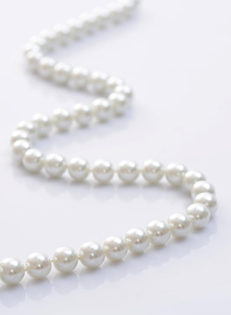 Photo pour Close-up image of a pearl necklace - image libre de droit