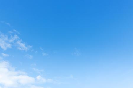 Photo pour clear blue sky and white cloud, natural background - image libre de droit