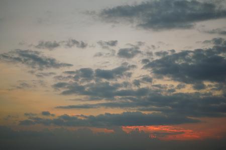 Photo pour dark cloud above dusk sky - image libre de droit