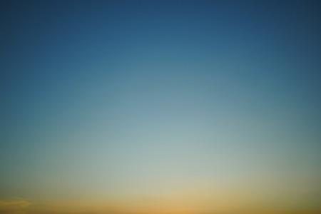 Foto de colorful light on clear sunset sky - Imagen libre de derechos