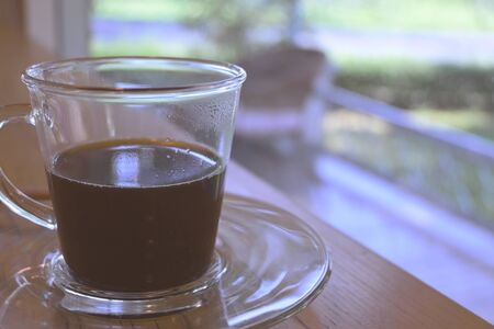 Photo pour hot black coffee in drinking glass put on table - image libre de droit