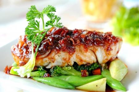 Photo pour Fish Steak with vegetables - image libre de droit