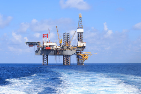 Photo pour Offshore Jack Up Drilling Rig Over The Production Platform in The Middle of The Sea - image libre de droit