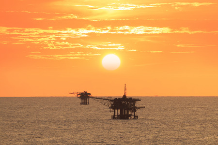 Photo pour Offshore platform in the middle of the ocean with beautiful sunset - image libre de droit
