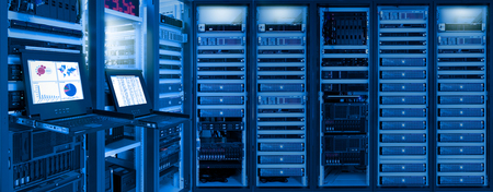 Photo pour Monitor show information of network traffic and status of devices in data center room - image libre de droit