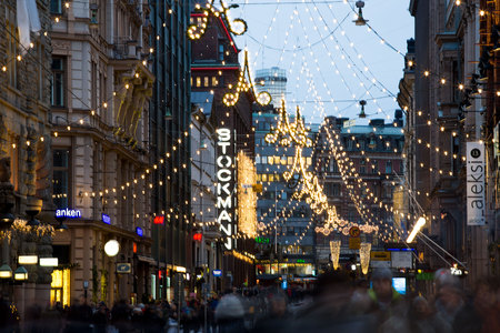 Photo pour HELSINKI, FINLAND - DEC 17, 2017: Bright central streets in Helsinki during Christmas. A lot of people, holiday sales and bright decorations.  City decorated with Christmas lights - image libre de droit